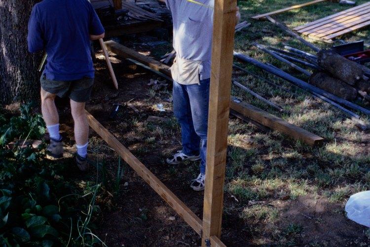 Los vecinos a menudo comparten el costo y mano de obra en la construcción de una reja.