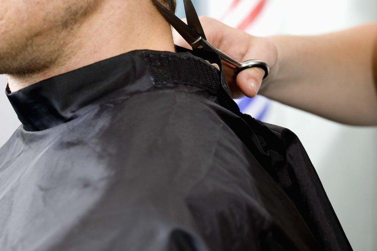 La mayoría de hombres modernos tienen peinados con los laterales cortos y la parte superior larga.