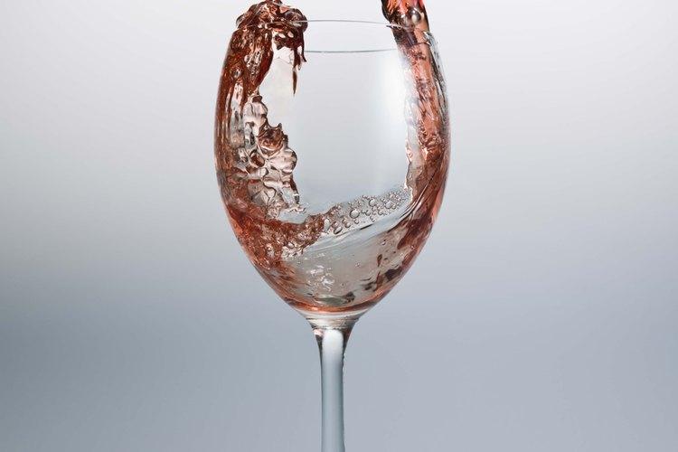 Mejora una copa de vino normal con un motivo pintado.