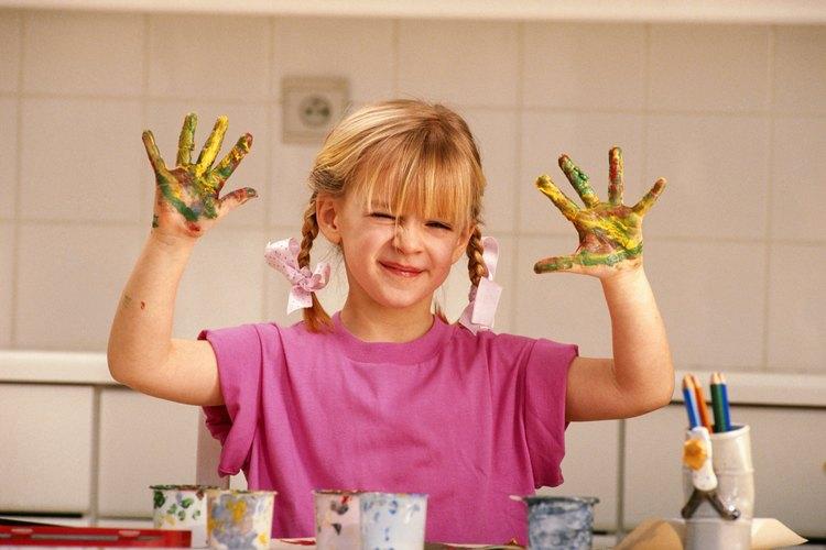 Pintar con los dedos con pintura perfumadas añade un componente táctil para una experiencia sensorial aumentada.