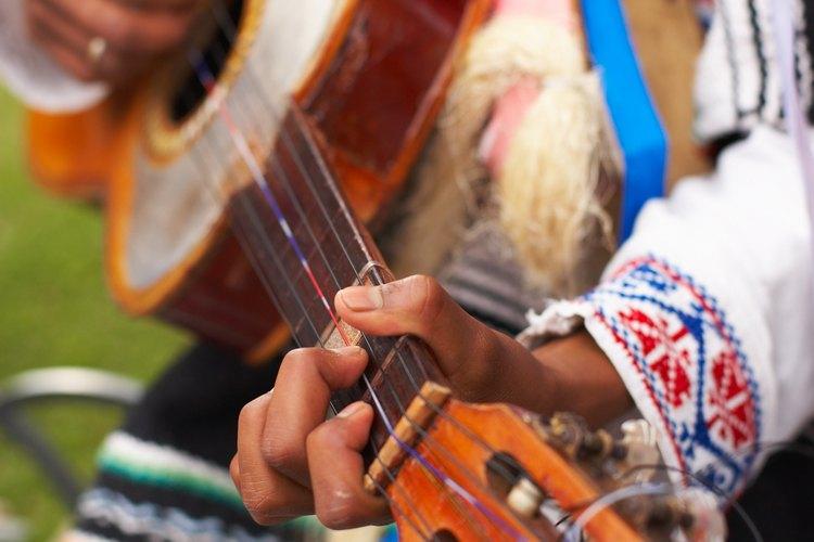 Toca la música de tu cultura para expresar identidad cultural.