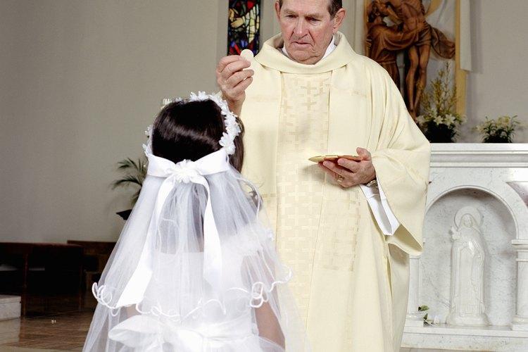 Uno de los deberes de un sacerdote católico es llevar a cabo la comunión.