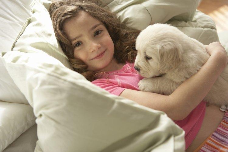 Una niña feliz con su cachorro nuevo.