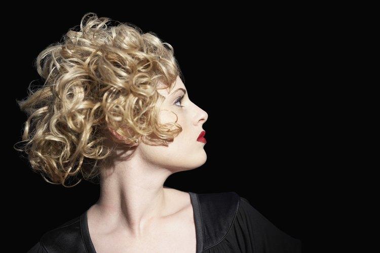 El cabello humano es más flexible para peinar que el cabello sintético.