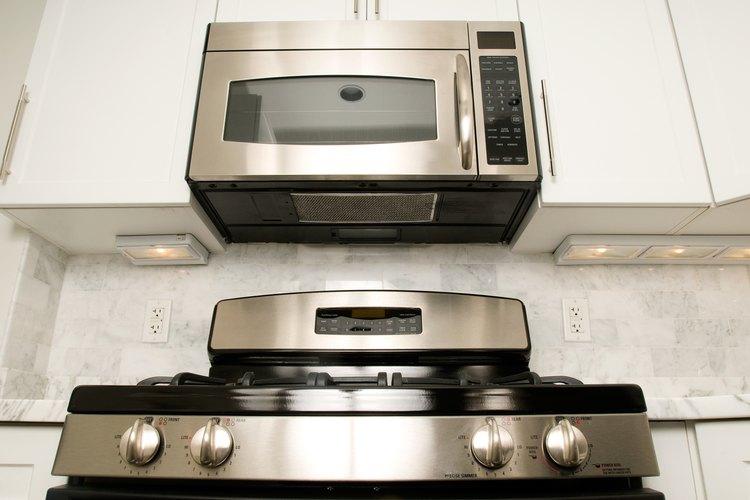 Instala un horno de microondas con un escape para eliminar los olores.