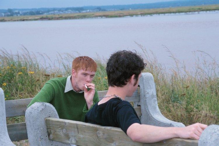 La presión social en los adolescentes puede llevar a comportamientos autodestructivos, incluso fumar.