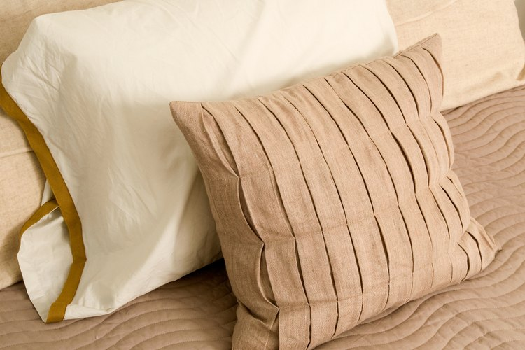Usa pequeñas almohadas decorativas para acentuar la decoración de la habitación.