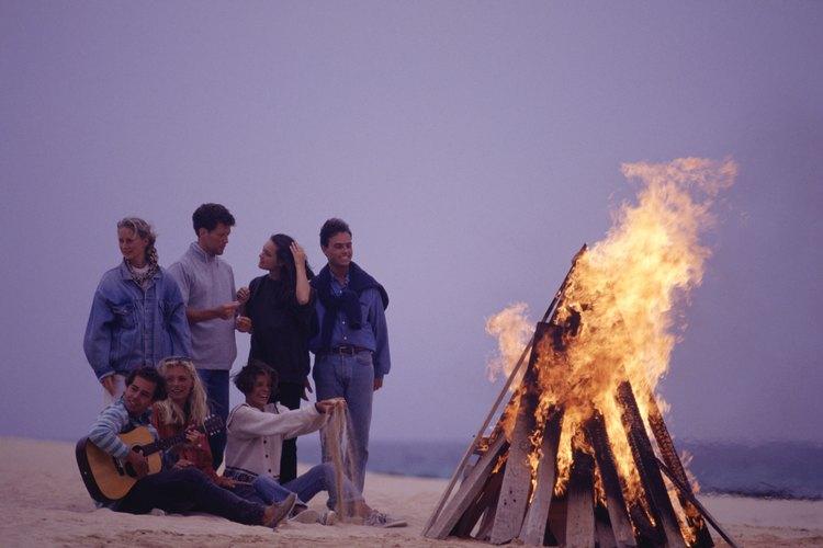 Organizar una fogata con amigos y música es una gran alternativa para pasar una buena noche.