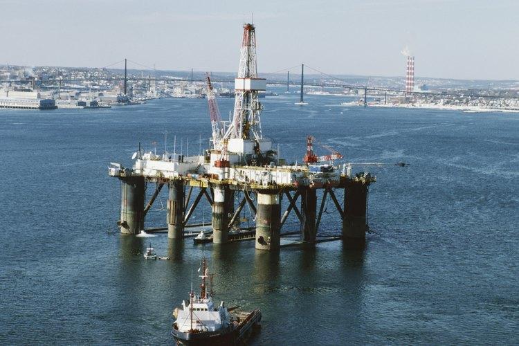 La extracción de petróleo en alta mar tiene muchas formas dependiendo de dónde se construyan las plataformas.