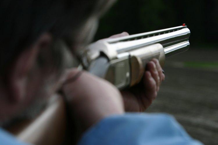 Hombre apuntando un rifle a su objetivo.