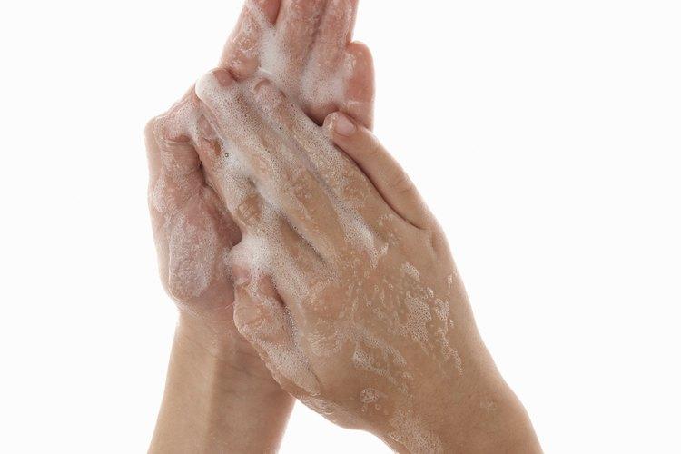Cuando menos, un niño debería aprender a lavarse las manos antes de las comidas y luego de usar el baño.