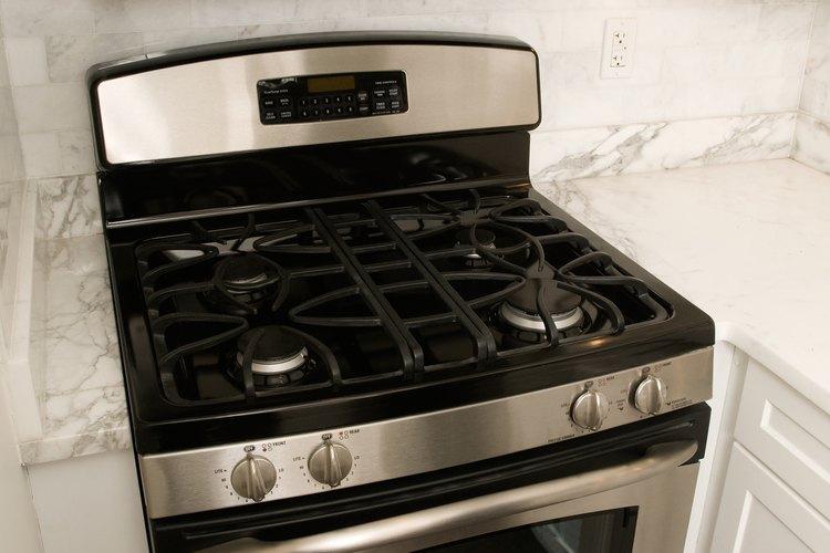 Un horno microondas colocado sobre la estufa funciona como ventilación y como un segundo horno.