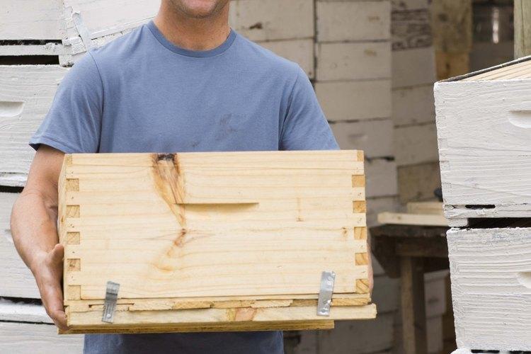 Las dimensiones de una caja se pueden medir en centímetros, pero el volumen en metros cúbicos.