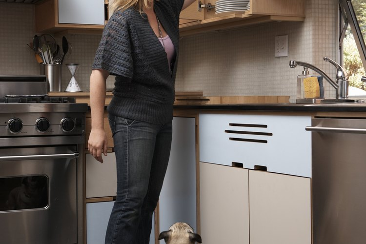 Usa un color y pinta acabados para hacer que tu pequeña cocina parezca más espaciosa.