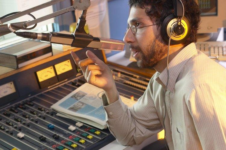 Conoce cómo dar un reporte de noticias en la radio.