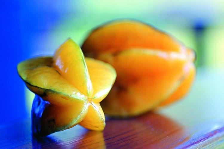 Cuando la cortas a lo largo del mitad, la forma de esta fruta se asemeja a una estrella.