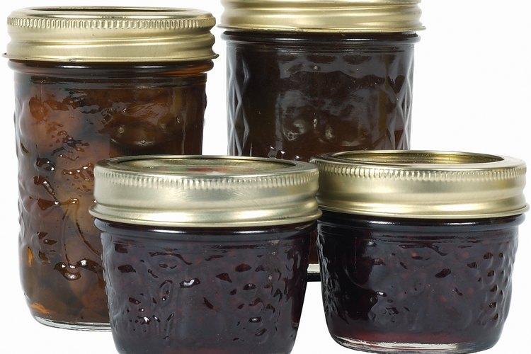 La gelatina sin sabor usada como ingrediente en las jaleas de frutas enlatadas pueden ayudar a mejorar la apariencia de la piel.