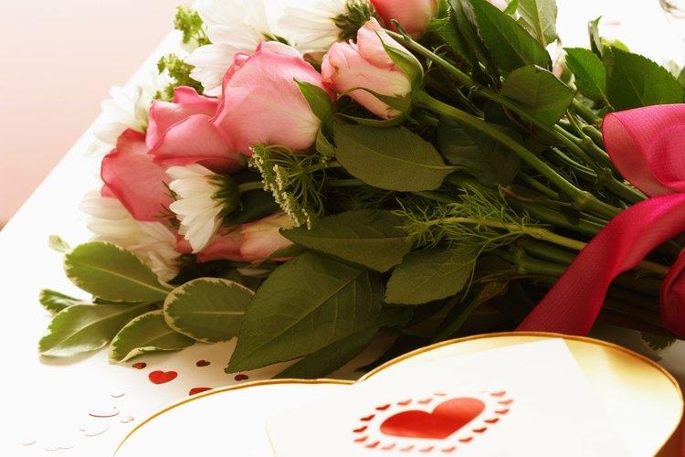 Sorpréndela con flores y chocolate de un admirador secreto.