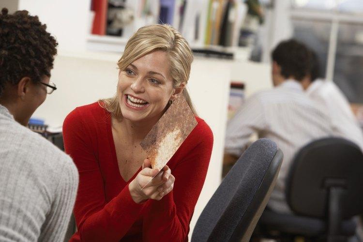 Mujer abriendo una tarjeta en el trabajo