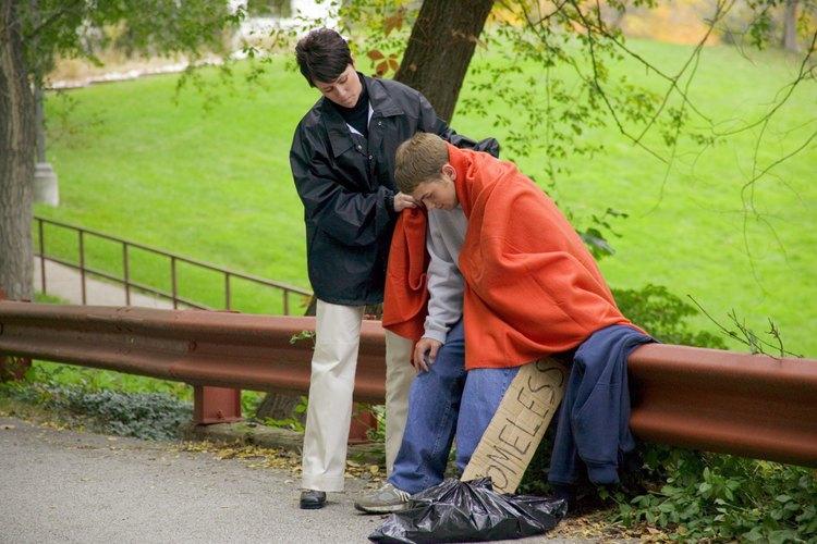 Algunos trabajadores sociales ayudan a las personas a lidiar con problemas económicos difíciles.