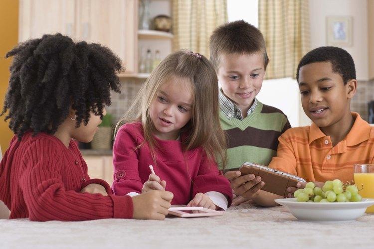 Puedes enseñar a los niños acerca de compartir a través de juegos bíblicos.