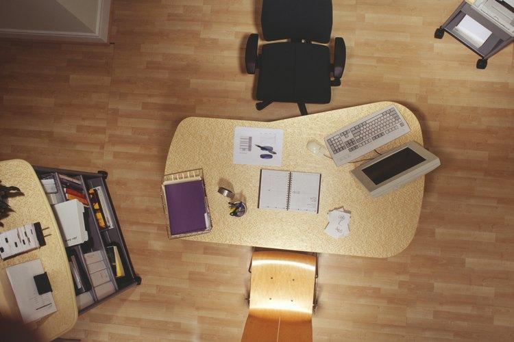 Compra cajones o un armario, y ayuda a tu hijo a usar estas herramientas de organización productiva.