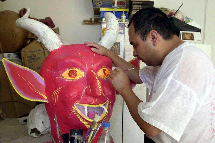 Se pintan muñecos para la celebración de Semana Santa.