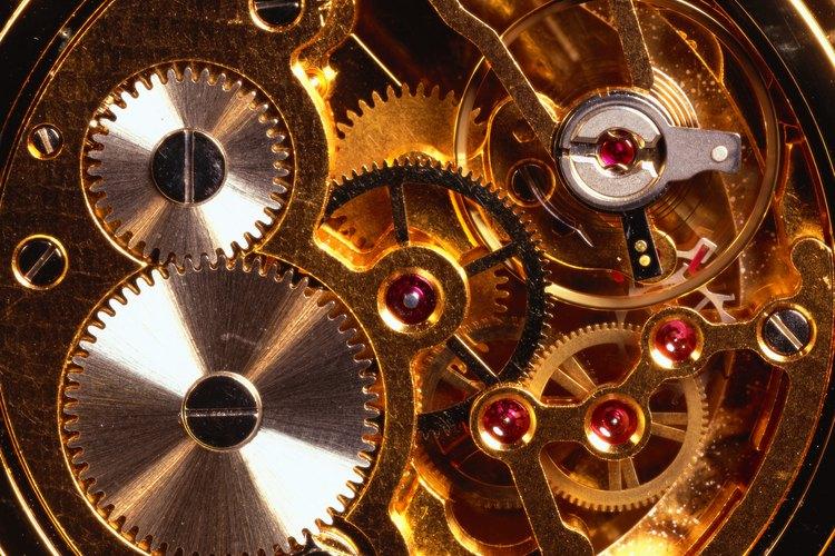 Una mirada más cercana al mecanismo de un reloj.