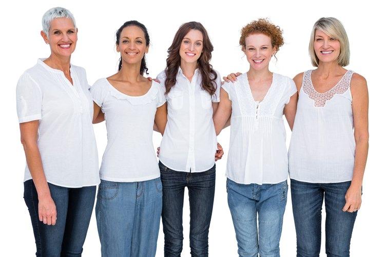 Grupo de mujeres de negocios hablando de un equipo de feria