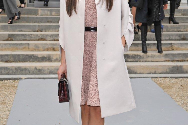 Mila Kunis mantiene su abrigo simple y elegante a la rodilla en la exhibición otoño/invierno de Christian Dior en Paris, Francia.