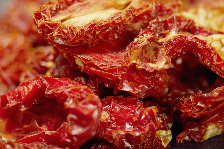 Secar tomates extras en el horno.
