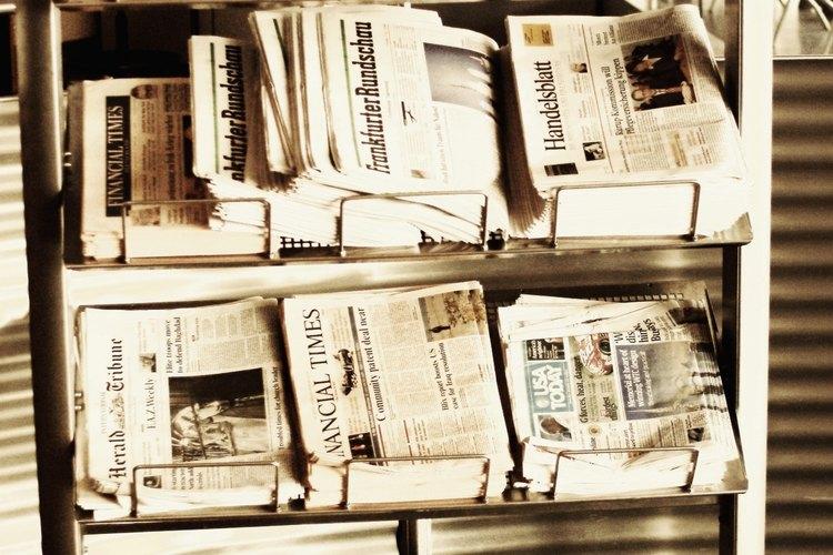 La disposición de un periódico representa un uso del diseño gráfico.