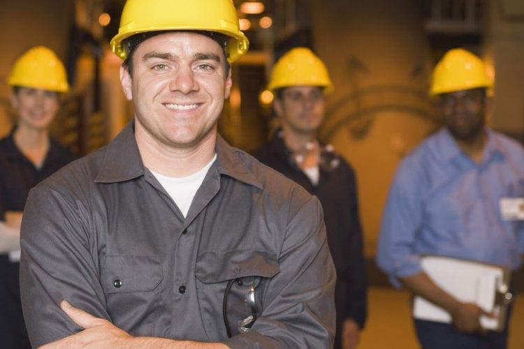 Generalmente, los gerentes de producción de una planta deben poseer un título universitario.