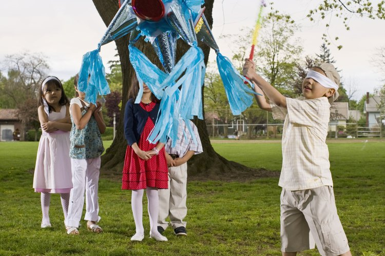 Las piñatas son una gran adición a cualquier tipo de fiestas, y hacerlas puede ser un buen proyecto de manualidades también.