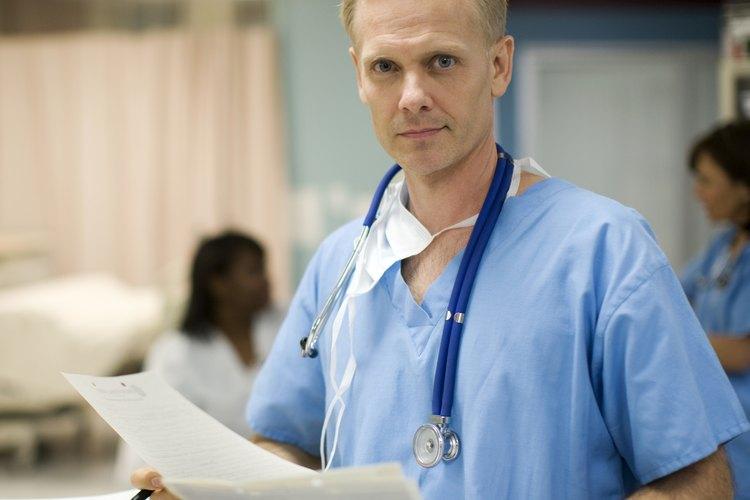 Un médico puede descartar causas fisiológicas de retrasos en el habla.