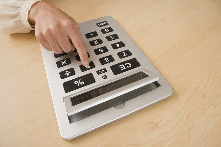Resta el primer volumen con el segundo para calcular el volumen de la piedra.