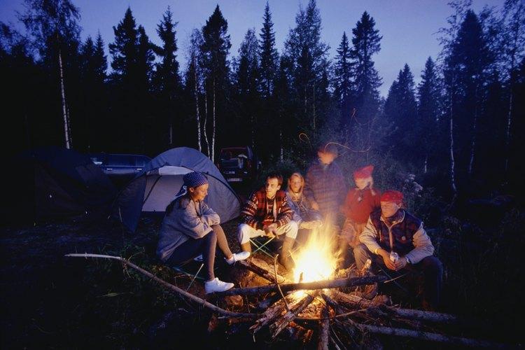 En tus vacaciones puedes acampar en esta montaña con pinos.