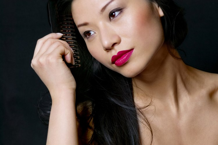 Cepilla suavemente tu pelo para evitar romper esos cabellos tan hermosos.