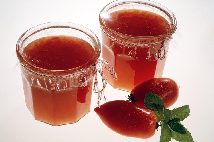 Una salpicadura de jugo de tomate puede resultar en manchas permanentes en la ropa si no se trata apropiadamente.