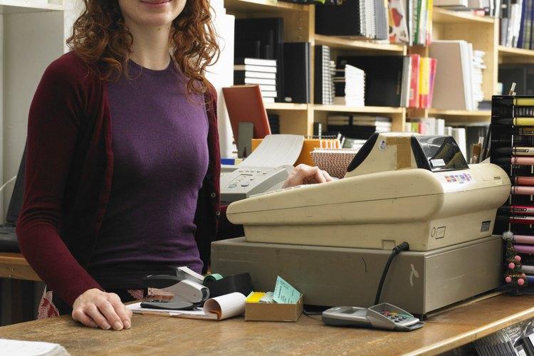 Coloca dinero extra en la caja registradora antes de que el empleado lo cuente.