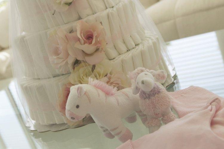 Un pastel de pañales es una gran decoración que se convierte en regalo.