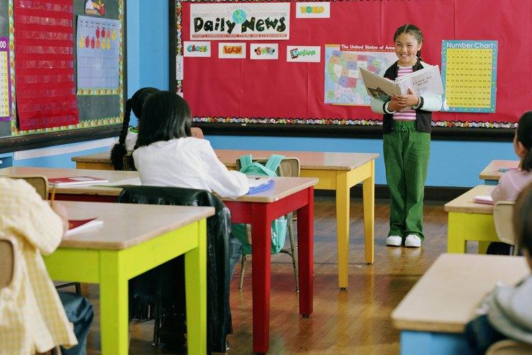 Los estudiantes suelen memorizar los diálogos y repetirlos frente a la clase.