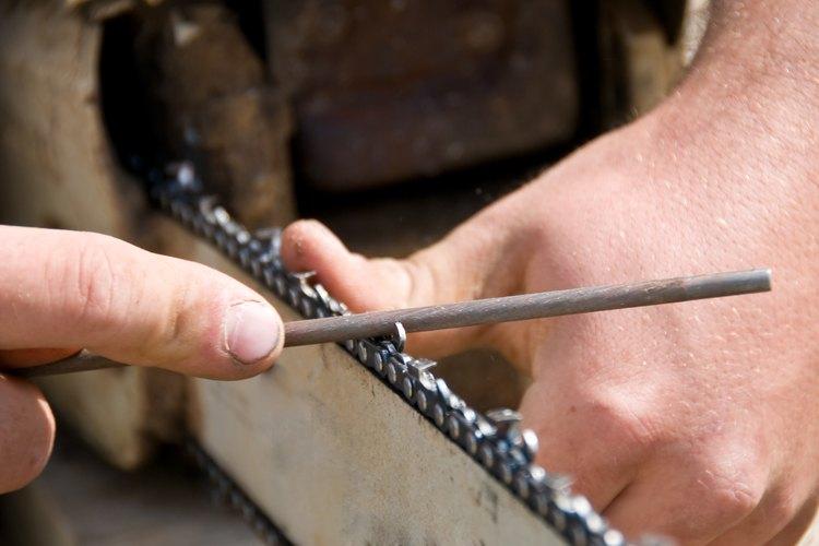 Las cadenas de las motosierras deben afilarse con el tamaño correcto de una lima redonda.