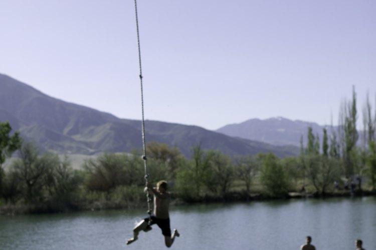Si quieres ir más allá que solo un viaje, puedes encontrar un grupo para saltar en bungee.