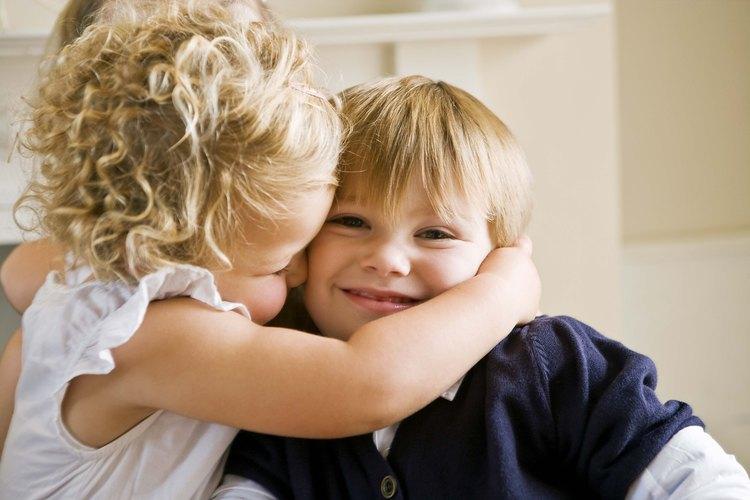 Por lo general, es aceptable que los hermanos se besen.