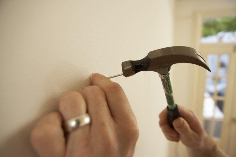 Cómo colgar espejos sin marcos en las paredes del baño |