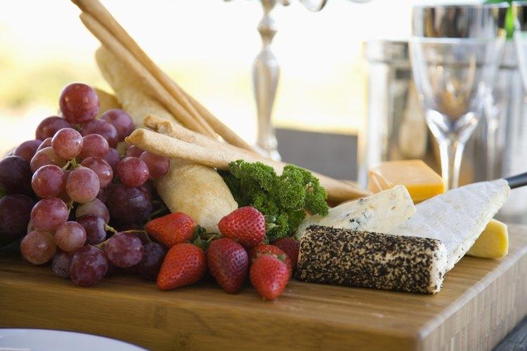 Una tabla de quesos hace un tentenpié fácil para una fiesta cóctel.