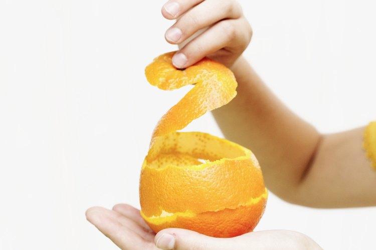 Haz aceite de naranja casero con cáscaras de naranja.