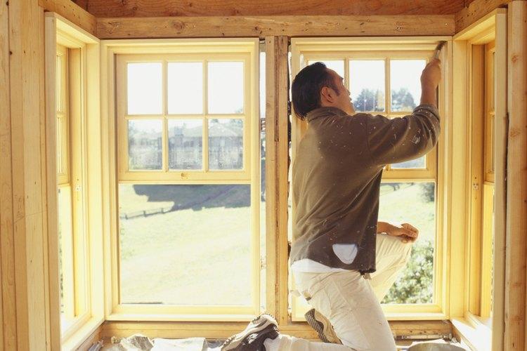 Construye una zona de estar con una ventana en saliente, utilizando piedra para la base y tablones.