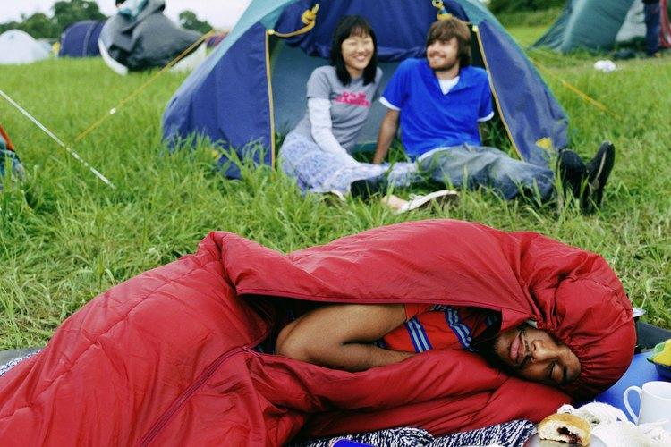Si necesitas mayor amortiguación del frío o como soporte del cuerpo, lleva una colchoneta o un colchón inflable.